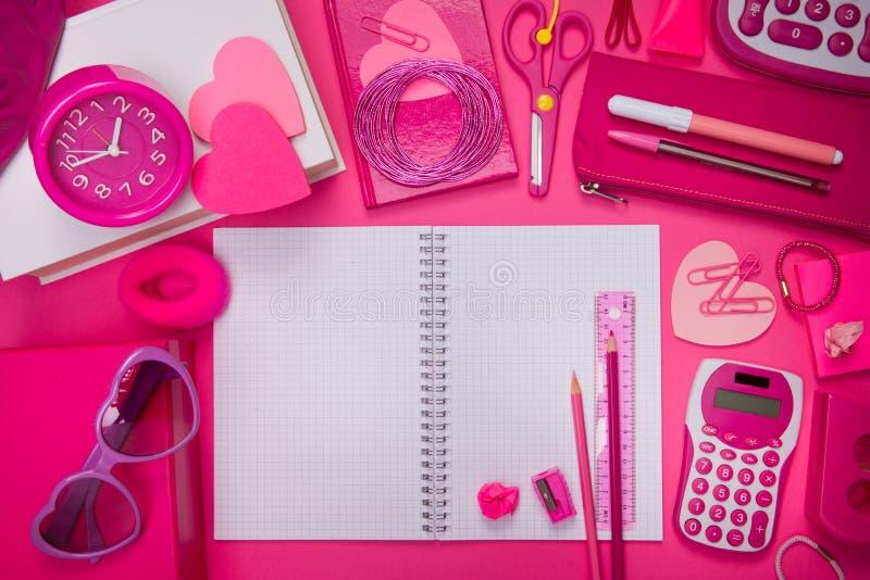 娘儿们桃红色桌面和文具 库存照片