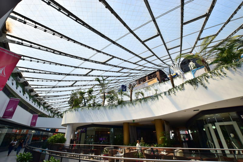 娱乐中心可汗SHATYR的圆屋顶在阿斯塔纳 库存图片