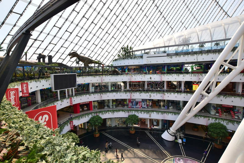娱乐中心可汗SHATYR的圆屋顶在阿斯塔纳 免版税库存照片