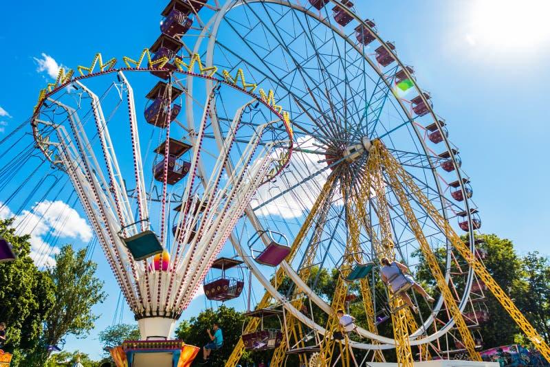 娱乐ferris晚上公园向量轮子 转盘和弗累斯大转轮 免版税库存图片