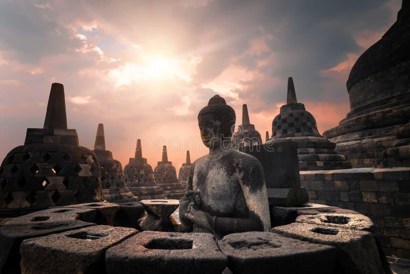 婆罗浮屠寺庙令人惊讶的日出视图  日惹 免版税库存照片