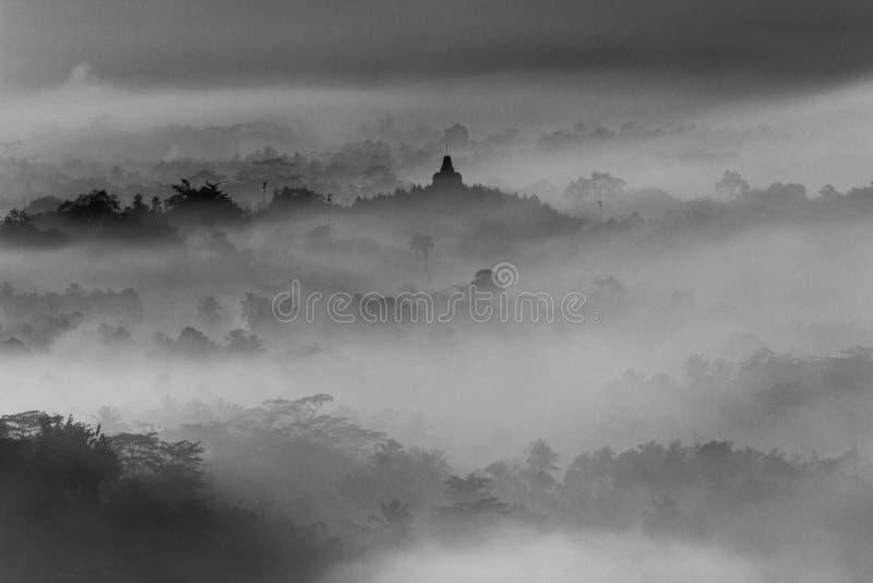 婆罗浮屠寺庙风景在有薄雾的早晨 库存图片