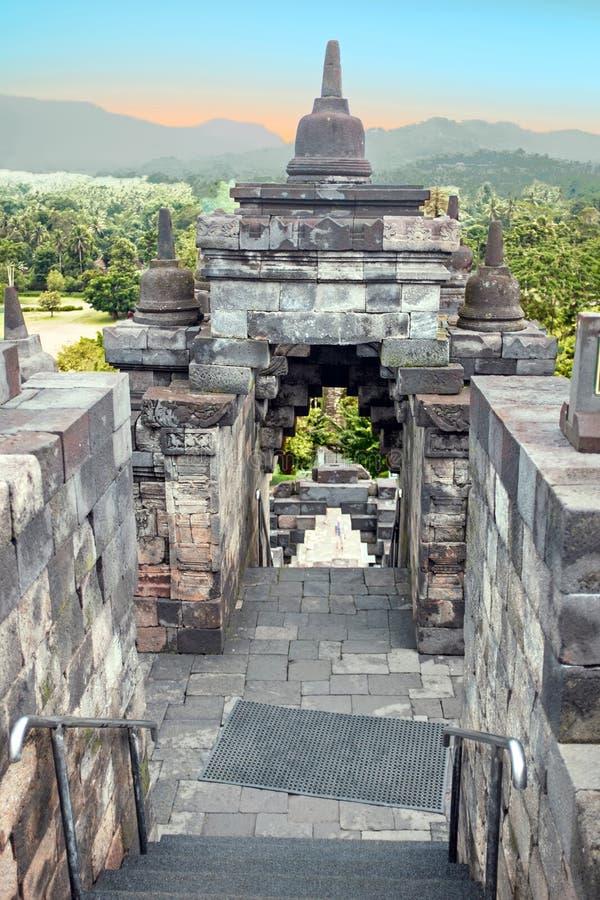 婆罗浮屠Buddist寺庙在海岛在日出的Java印度尼西亚 库存图片