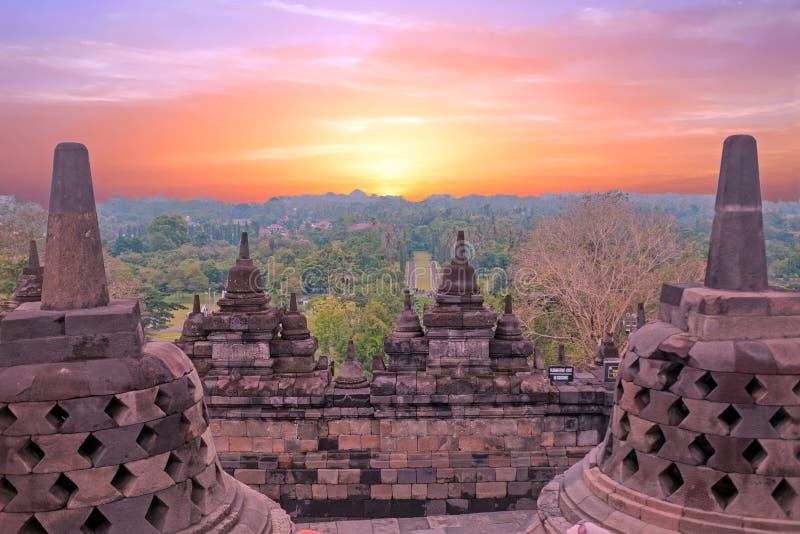 婆罗浮屠Buddist寺庙在海岛在日落的Java印度尼西亚 库存图片