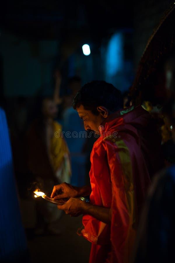 婆罗门印第安教士灼烧的香火晚上 免版税库存照片