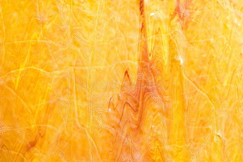 离婚和红色油漆的滴水,橙色,黄色被弄脏的摘要 库存图片