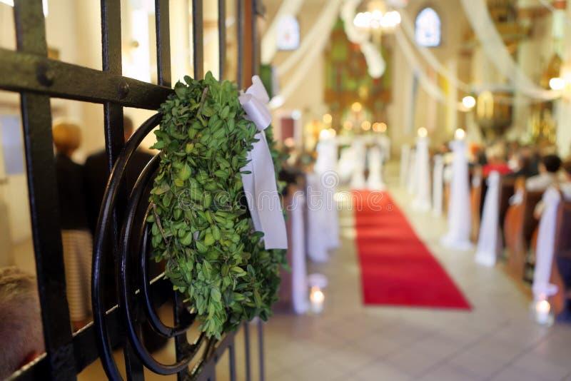 结婚在教会里的年轻夫妇 免版税库存照片