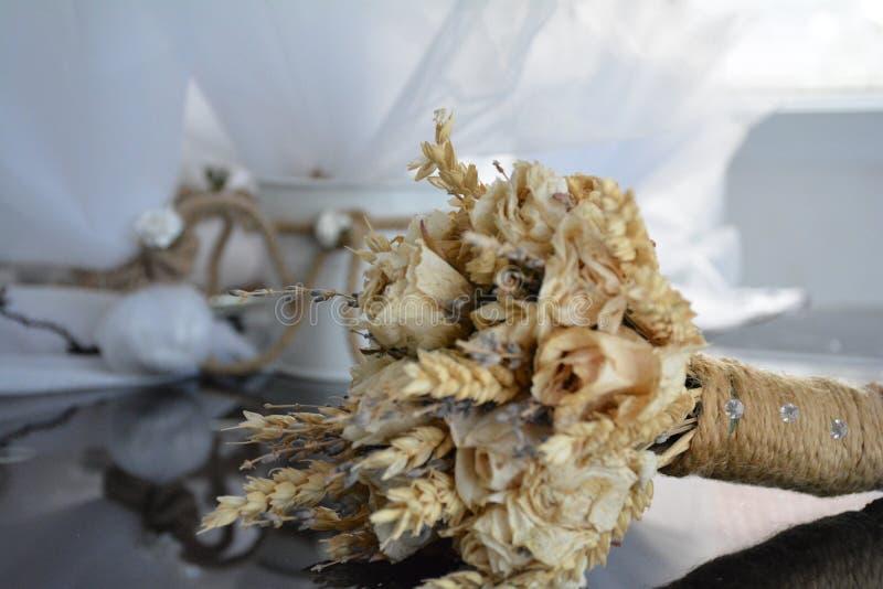 婚姻与绳索的干花花束 库存图片