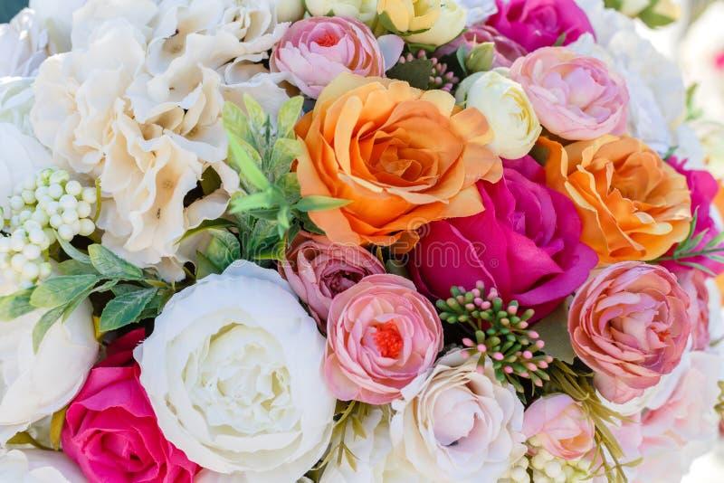 婚姻人造花玫瑰和eust的花束装饰 库存照片