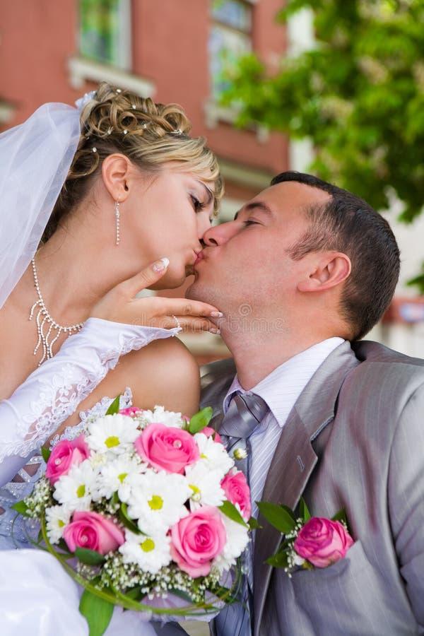 婚姻夫妇的kises 图库摄影