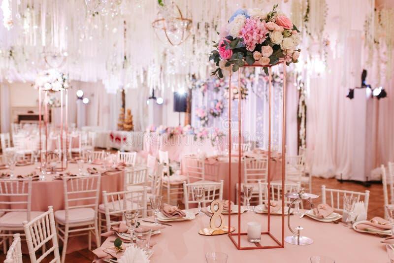 婚姻或另一顿承办宴席的事件晚餐的表8集合 用自然花装饰的豪华 免版税图库摄影