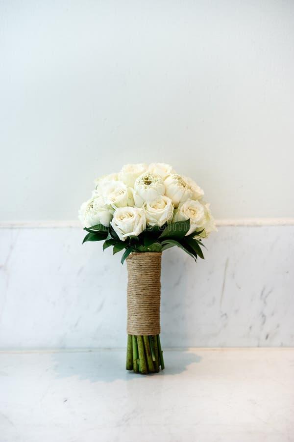 婚姻新娘和女傧相的花束的奶油色玫瑰 免版税库存图片