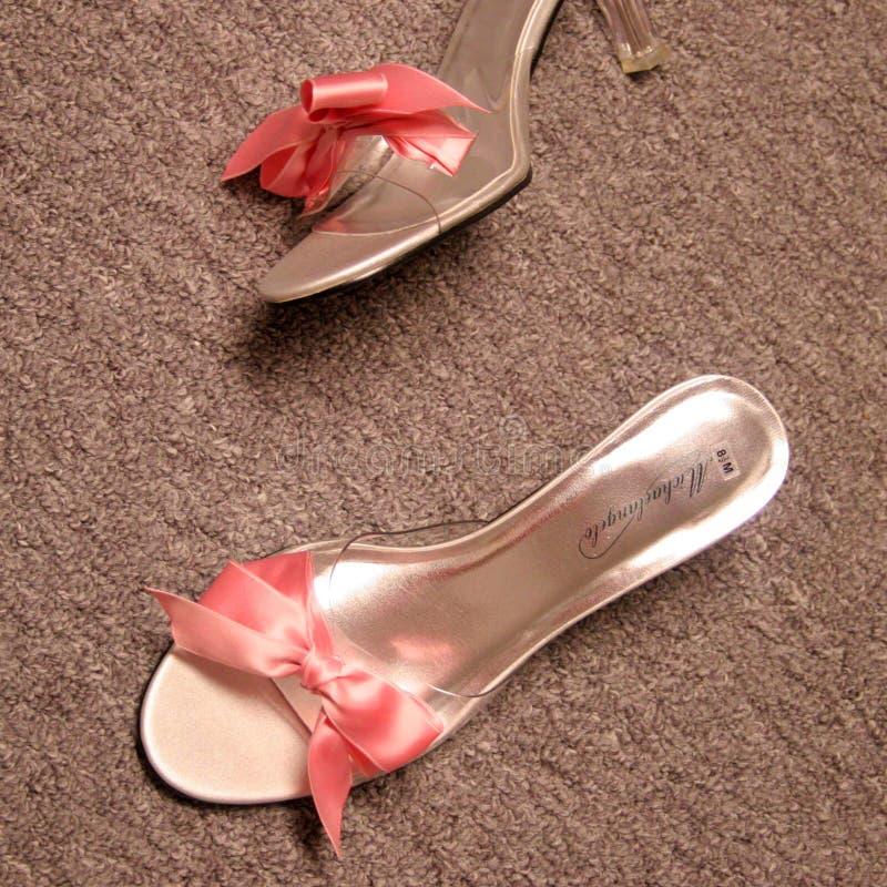 婚姻桃红色的鞋子 免版税库存照片