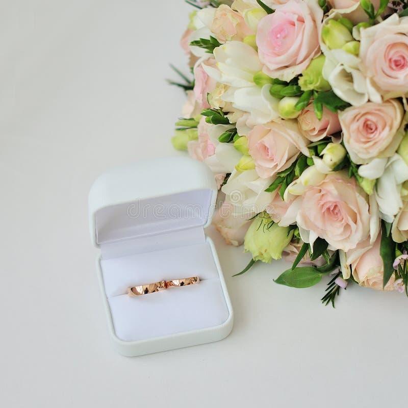 婚姻白色的背景明亮的环形 假日,庆祝 免版税库存图片