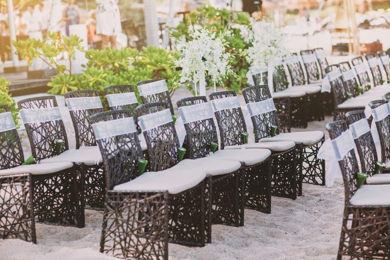 婚姻的地点的海滩婚礼木椅子安排沙子的 库存照片