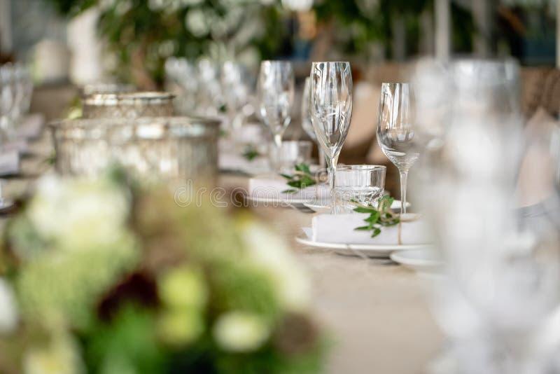婚姻的宴会或节日晚会 椅子和桌客人的,服务与利器和陶器 用亚麻布盖 库存照片