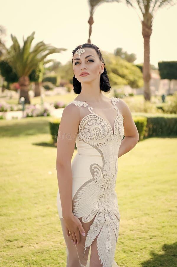 婚姻的时尚概念 有时尚神色的婚姻的妇女 在婚纱的时装模特儿 塑造一样独特象您 免版税图库摄影