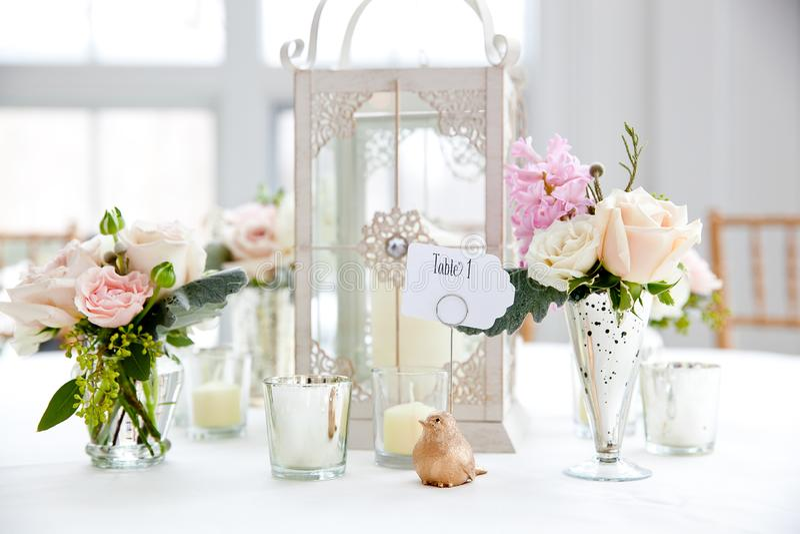 婚姻的桌装饰系列-在花瓶的桃红色和白色花束 免版税图库摄影