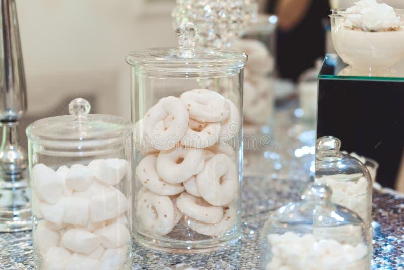 婚姻的棒棒糖桌 蛋糕和其他甜点 库存图片