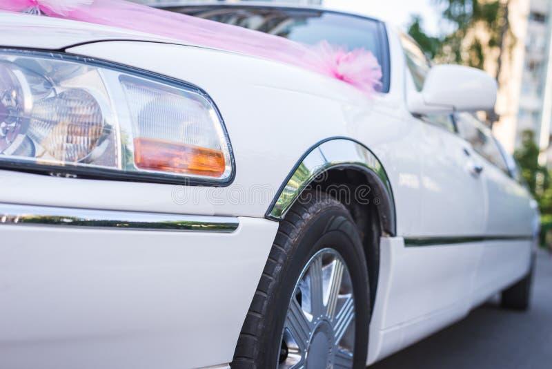 婚姻的白色大型高级轿车 免版税库存照片