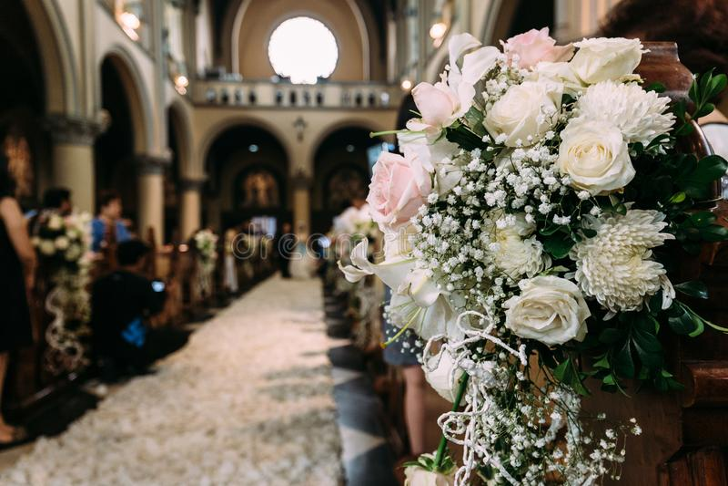 婚姻的美丽的花花束装饰在一个教会里有迷离背景 免版税库存图片