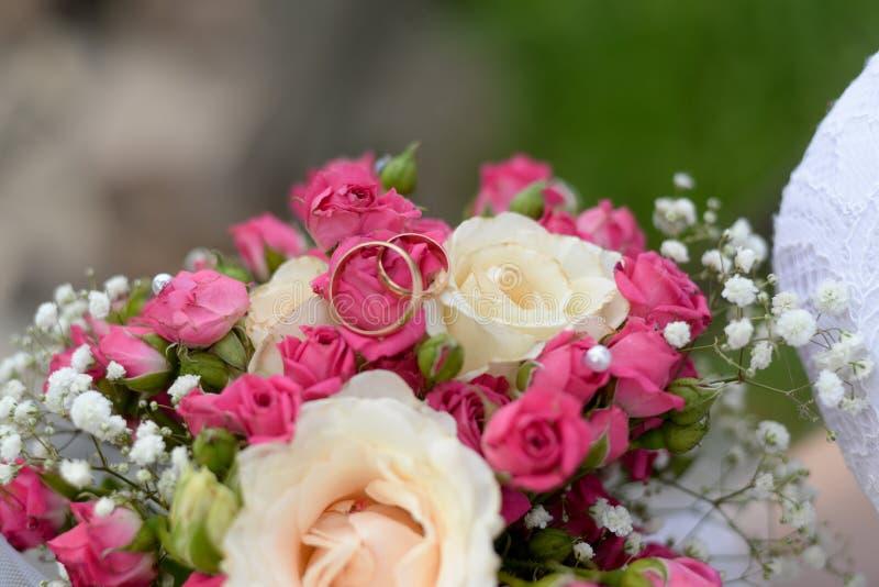 婚姻的花束和结婚戒指 免版税库存图片