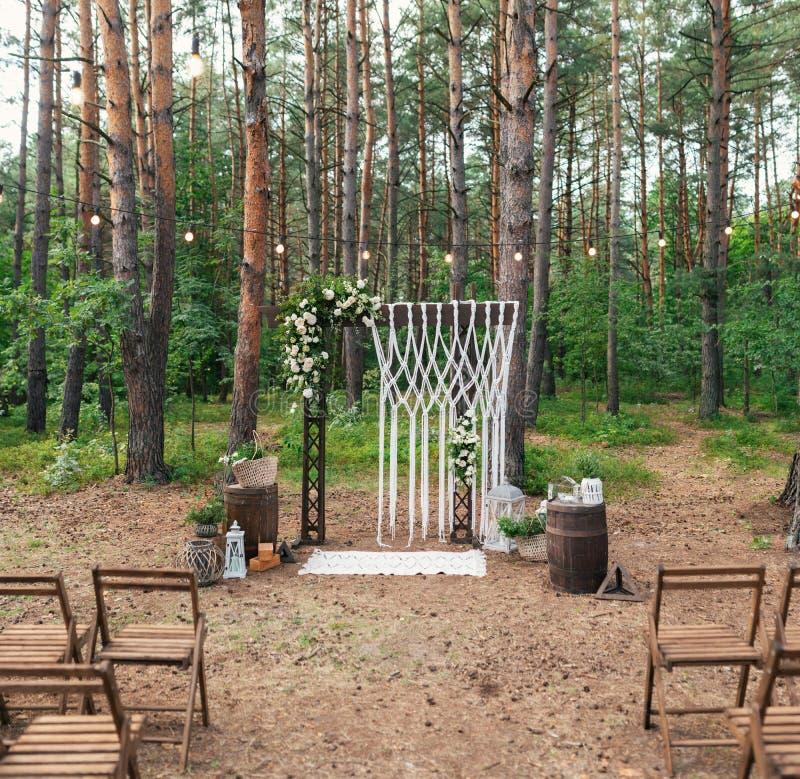 婚姻的装饰在庭院里 现代婚礼 在木头的婚礼 婚姻的曲拱 库存照片