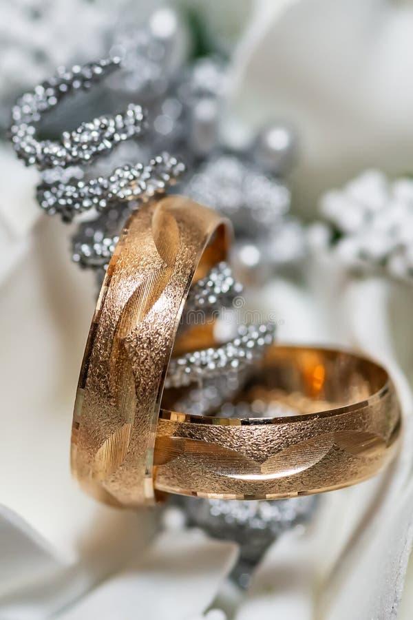 婚姻的辅助部件 在一双新娘花束和新娘鞋子的两结婚戒指 免版税库存图片