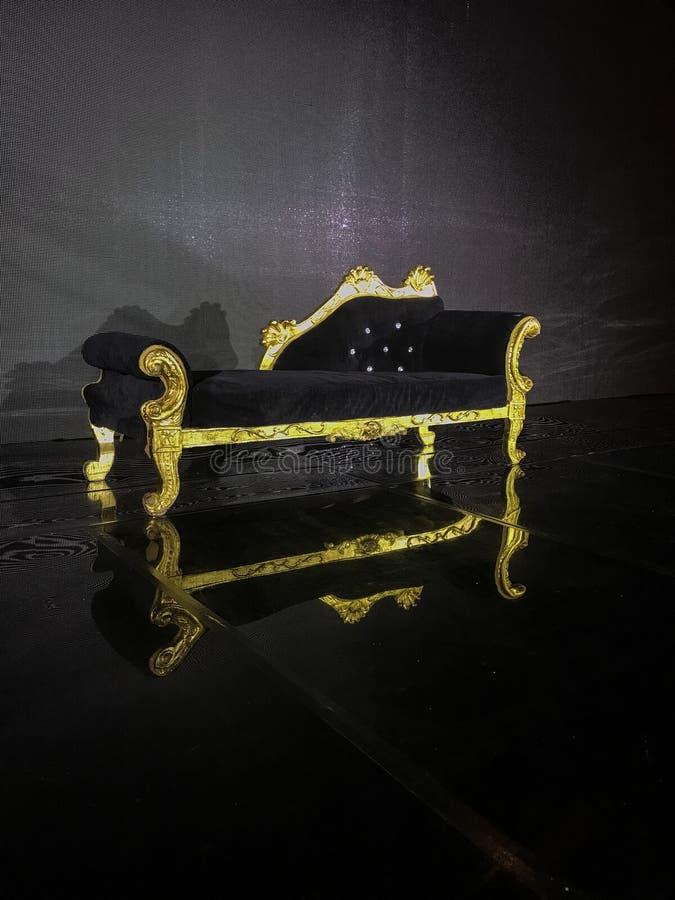 婚姻阶段就座和沙发婚姻的夫妇的团结的阿拉伯星旅馆夫人 图库摄影
