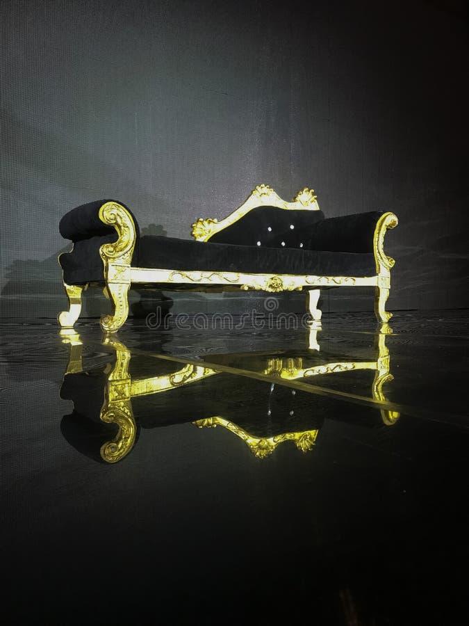 婚姻阶段就座和沙发婚姻的夫妇的团结的阿拉伯星旅馆夫人 免版税库存图片