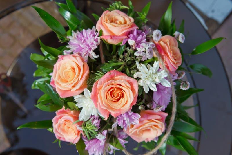 婚姻floristry,惊奇 花束,春天 美丽玫瑰人造花 紫色和白色玫瑰 在a的多彩多姿的玫瑰 库存照片