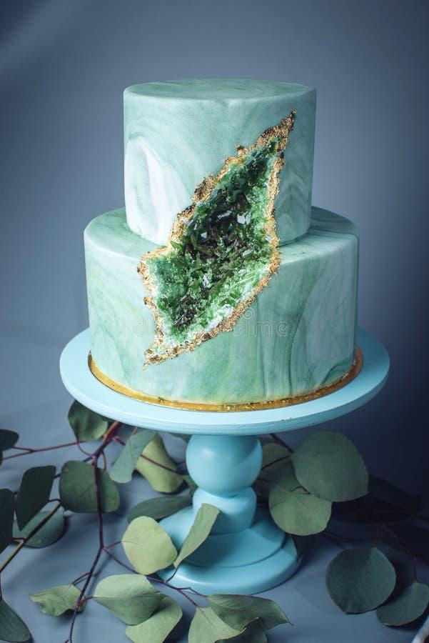 婚宴喜饼装饰象与绿宝石的石大理石在裁减 库存图片