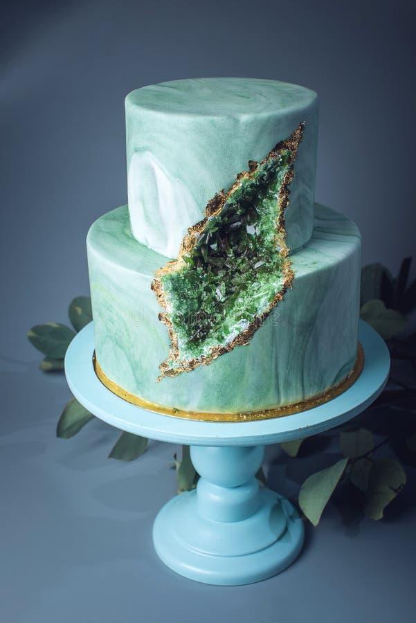 婚宴喜饼装饰象与绿宝石的石大理石在裁减 库存照片