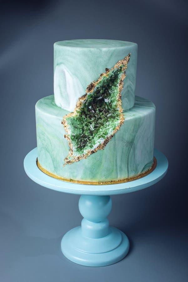 婚宴喜饼装饰象与绿宝石的石大理石在裁减 图库摄影