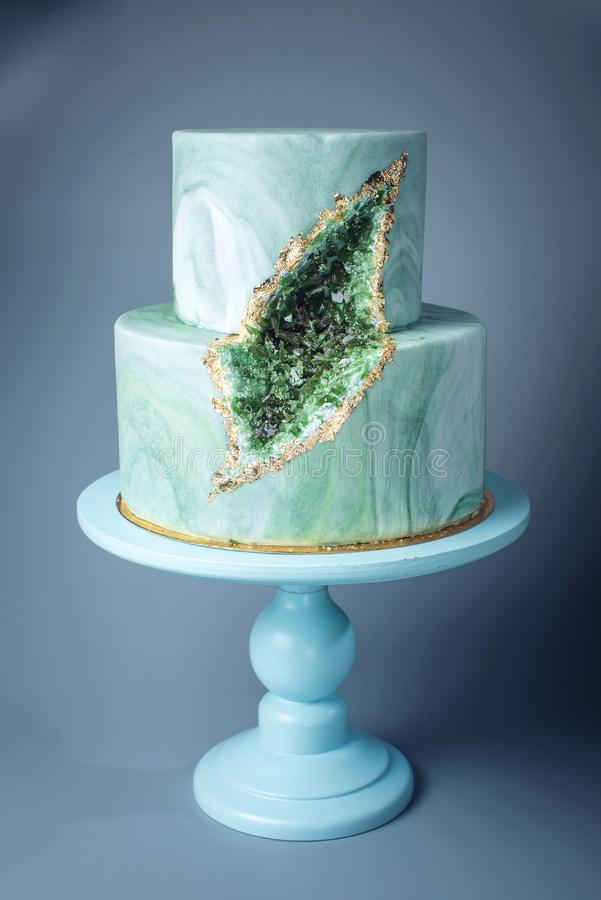 婚宴喜饼装饰象与绿宝石的石大理石在裁减 免版税库存照片
