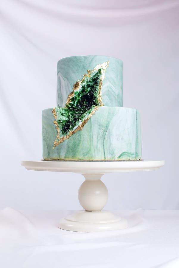 婚宴喜饼装饰象与绿宝石的石大理石在裁减 免版税图库摄影