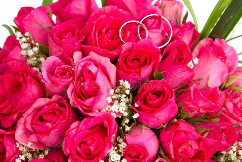 婚戒和新娘花束被隔绝在whi 免版税库存照片