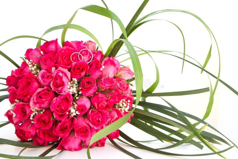 婚戒和新娘花束被隔绝在whi 免版税库存图片