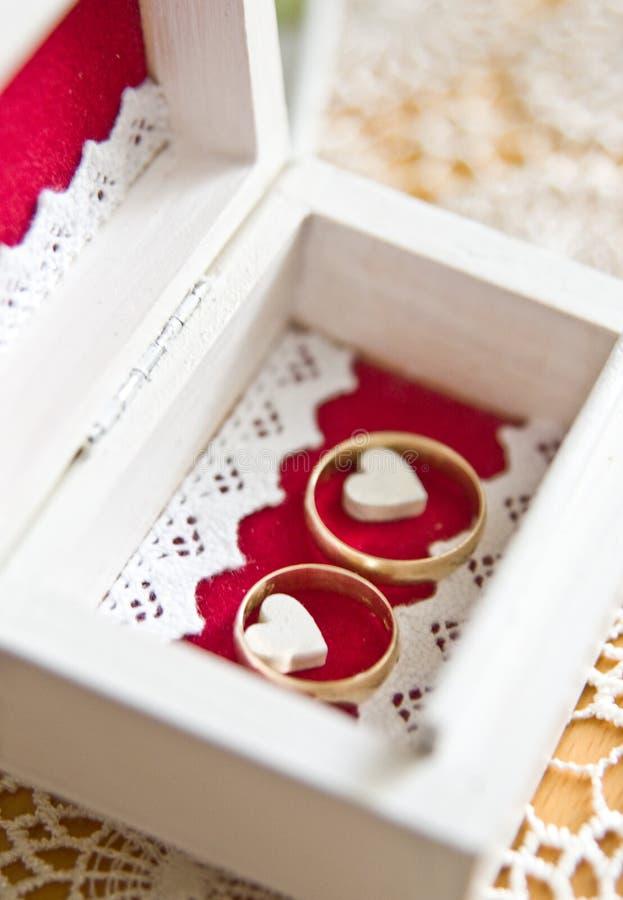 婚戒和波兰人的红色心脏与夫妇结婚 库存照片