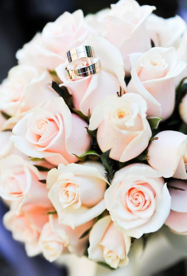 Download 婚戒和玫瑰 库存图片. 图片 包括有 活动, 当事人, 珠宝, beautifuler, 环形, 庆祝, 花束 - 30338787