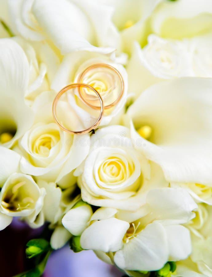 Download 婚戒和玫瑰 库存照片. 图片 包括有 关系, 感觉, 珠宝, 花束, 上升了, 婚礼, 空白, 活动, 叶子 - 30338824