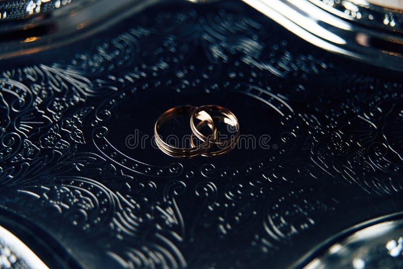 婚戒服务的婚礼礼服 库存图片