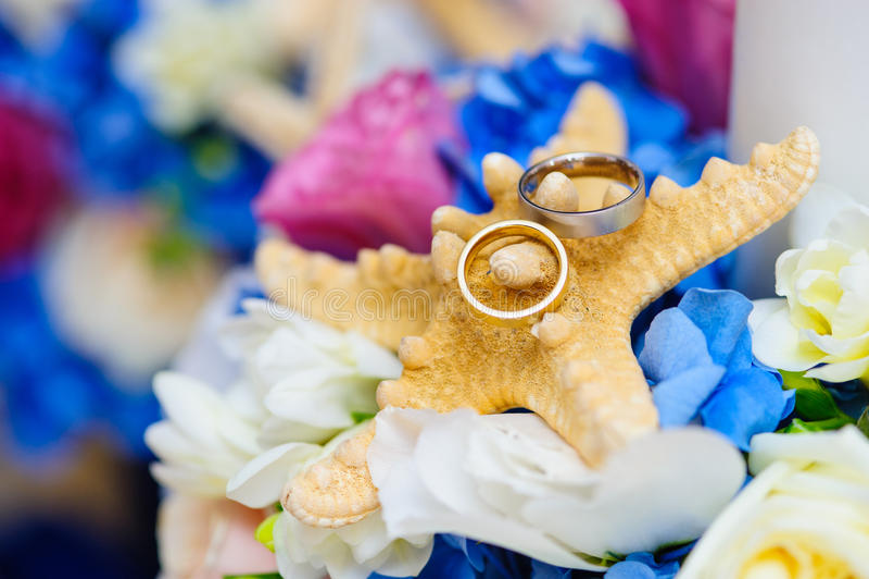 婚戒的五颜六色的安排 免版税库存照片
