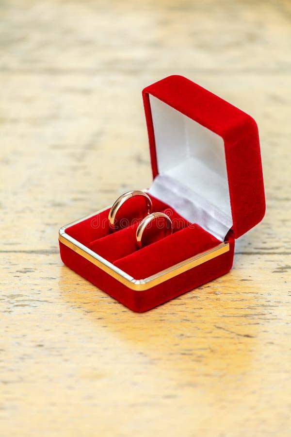 Download 婚戒 库存照片. 图片 包括有 节假日, 珠宝, 对象, 发光, 礼品, 黄色, 婚礼, 环形, 天鹅绒 - 30326934