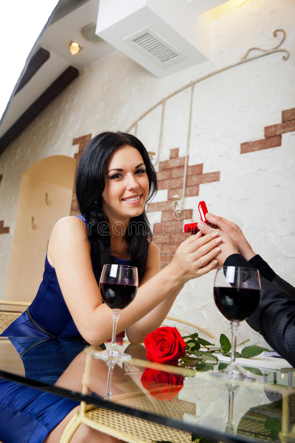 结婚提议,人给圆环他的女孩 免版税库存照片