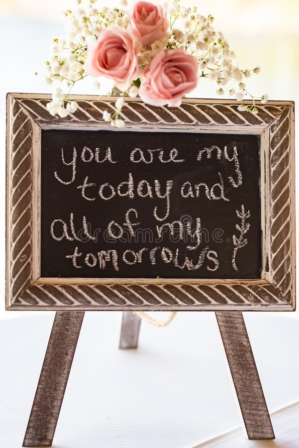 婚桌装饰黑板标志 免版税库存图片