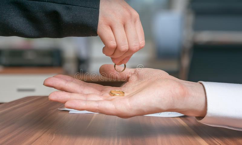 离婚概念 年轻夫妇离婚 妻子退回圆环到她的丈夫 免版税库存图片