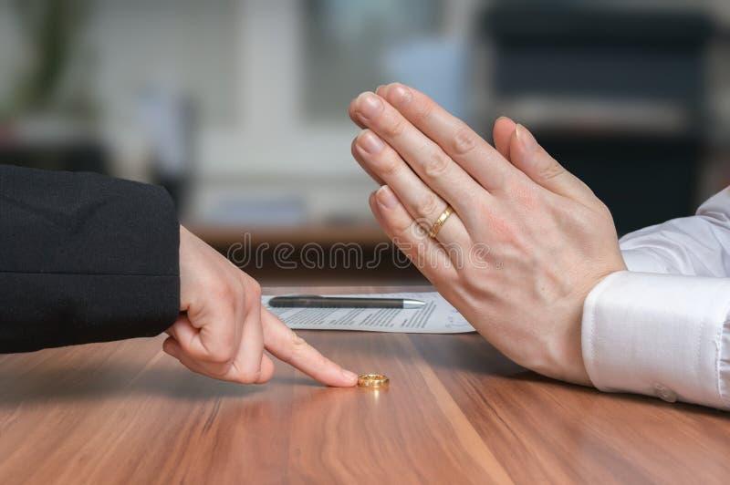 离婚概念 妻子退回圆环到她失望的丈夫 免版税库存照片