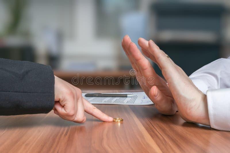 离婚概念 妻子退回婚戒到她失望的丈夫 库存照片