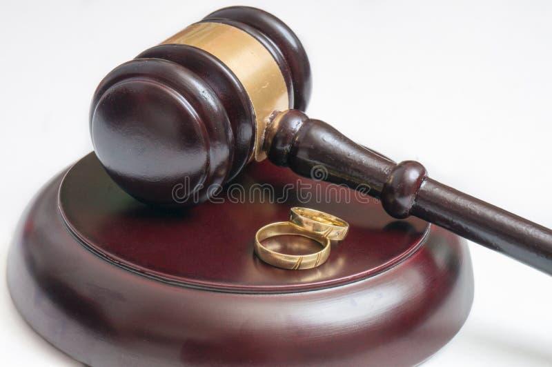 离婚概念 木惊堂木和金黄圆环 免版税库存图片